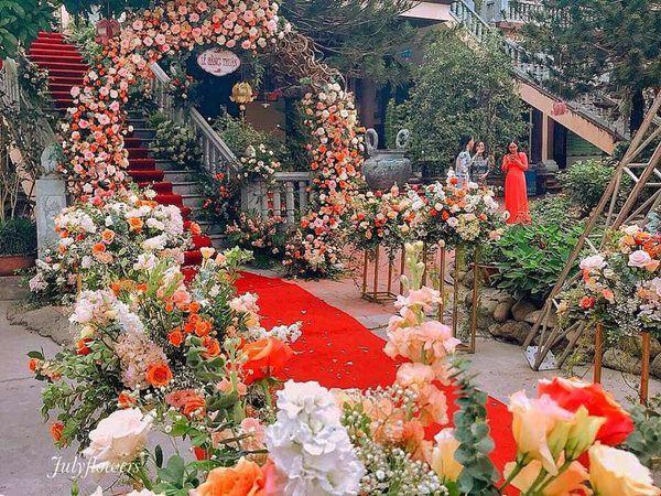 Choáng trước ngày ăn hỏi của Rich kid Hà Nội: Cô dâu vàng đeo đầy người, hoa tươi tràn ngập, đáng chú ý nhất là lời tiết lộ về xuất xứ của hoa trong buổi lễ - Ảnh 6.