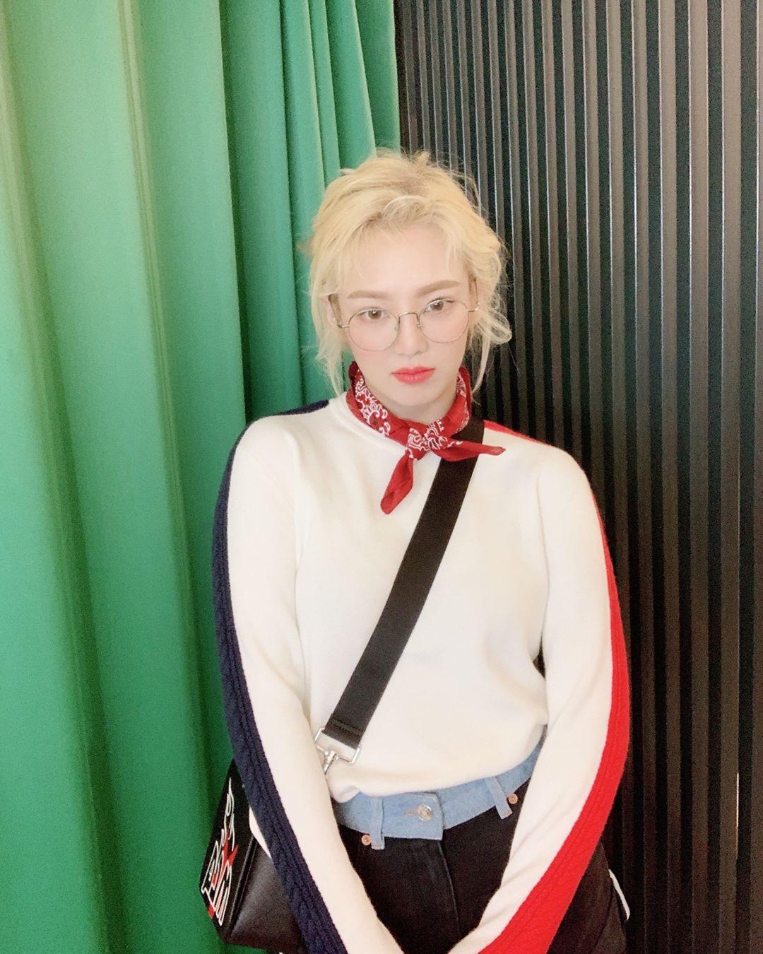 Đến phục tài tái chế của idol Hàn: chỉ một chiếc khăn lụa mà diện được tới 5 cách khác nhau, cách nào cũng đẹp hút mắt - Ảnh 8.