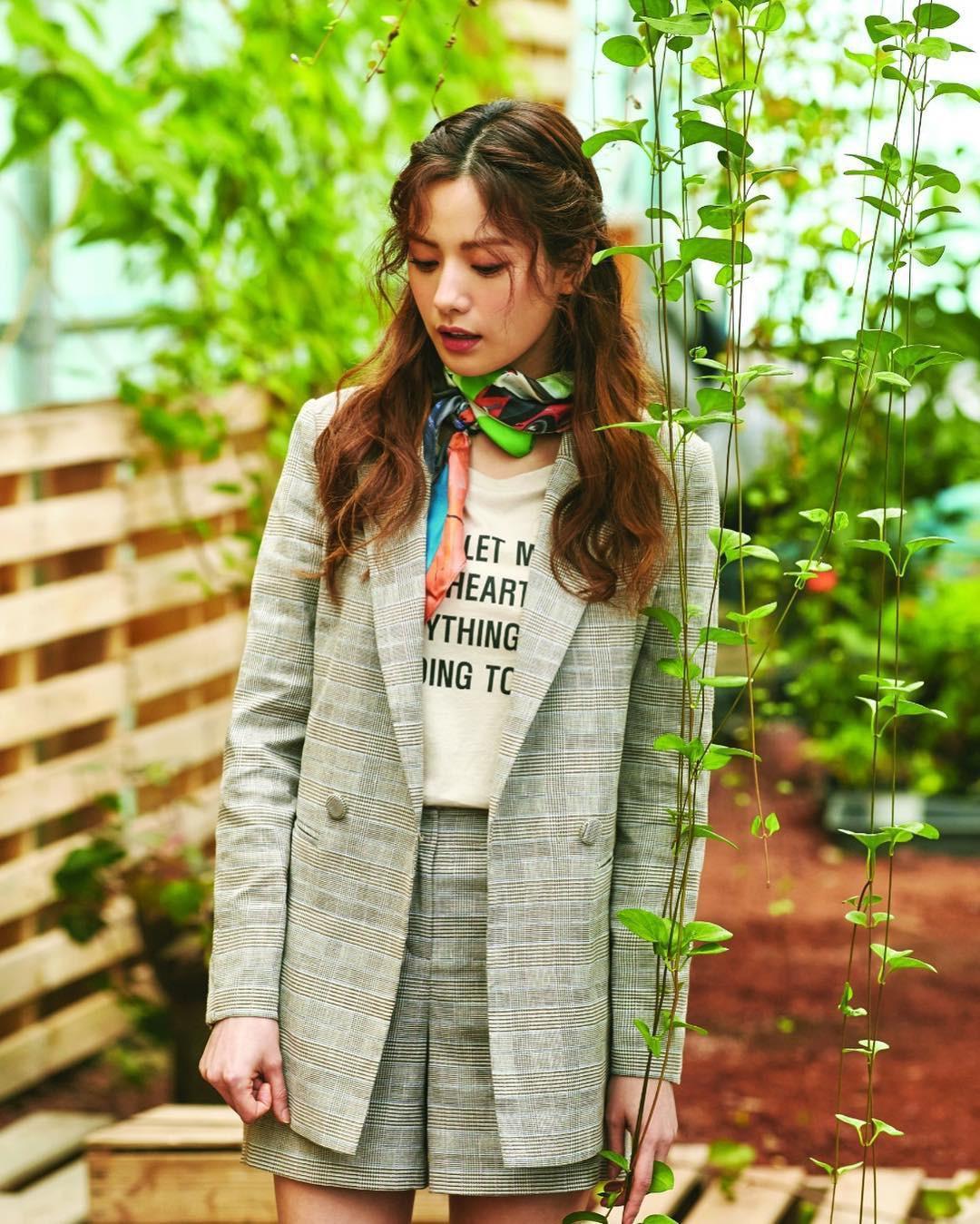 Đến phục tài tái chế của idol Hàn: chỉ một chiếc khăn lụa mà diện được tới 5 cách khác nhau, cách nào cũng đẹp hút mắt - Ảnh 9.