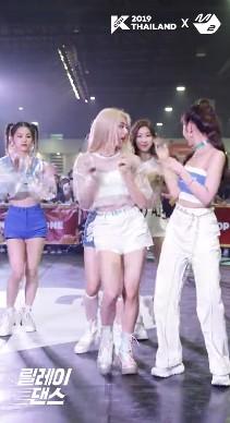 """Thành viên nhóm nữ Kpop bị netizen Hàn chửi sấp mặt vì lười nhảy, Jennie (BLACKPINK) ngồi không cũng """"dính đạn"""" - Ảnh 8."""