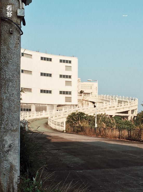 Phim trường cũ TVB bị bỏ hoang: Ngoài ký ức thời hoàng kim còn sót lại là lời đồn về câu chuyện kinh dị cùng cảnh hoang tàn ghê rợn - Ảnh 4.