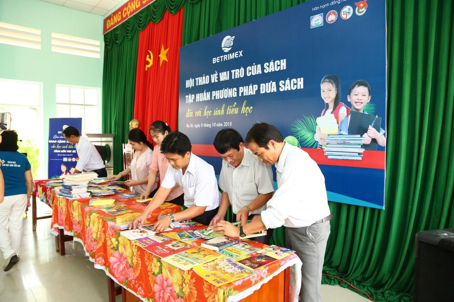 Betrimex mang hàng ngàn đầu sách hay đến tay học sinh tiểu học tỉnh Bế Tre - Ảnh 1.