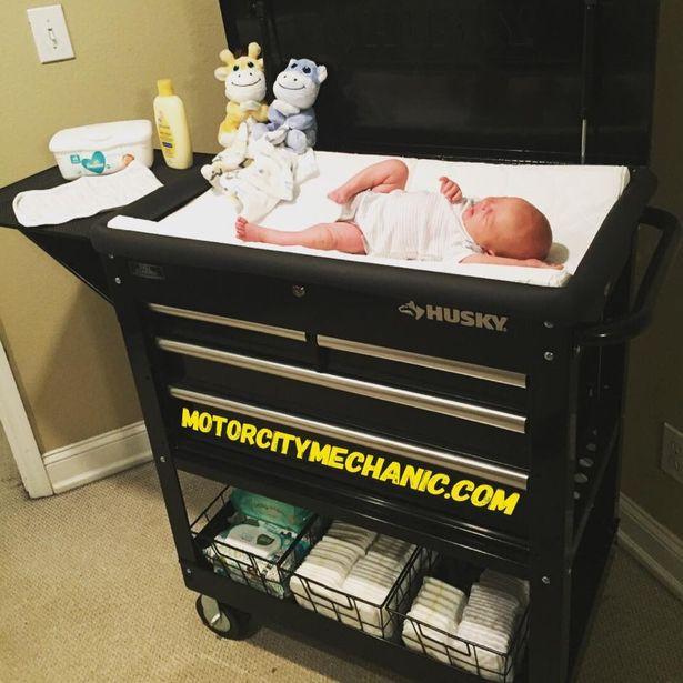 """Vỗ tay cho sự sáng tạo của ông bố trẻ: Từ chiếc hộp bình thường mà """"chế"""" được thành bàn thay bỉm cho con - Ảnh 2."""