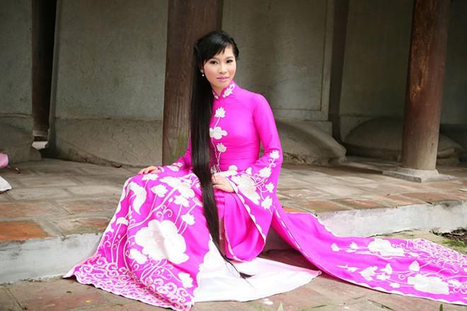 Vợ Á hậu xinh đẹp của Shark Hưng gây choáng với mái tóc dài hơn 1 mét thuở xa xưa, bất ngờ hơn nữa là lý do cô nuôi tóc 4