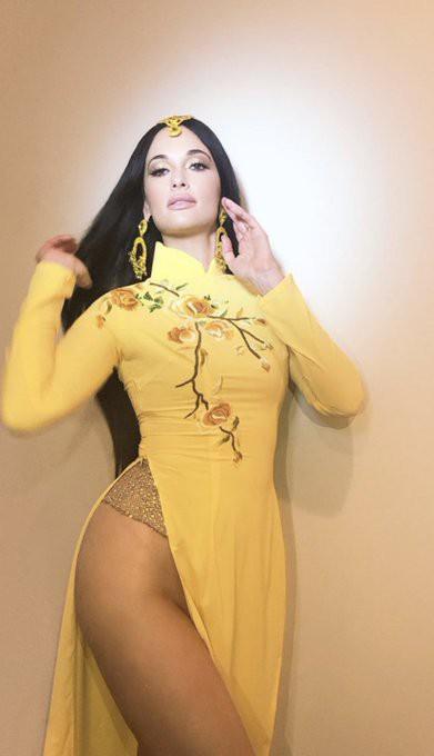 Nữ ca sĩ nhạc đồng quê Kacey Musgraves gây bức xúc khi mặc áo dài Việt Nam nhưng quên mặc quần lúc biểu diễn - Ảnh 4.
