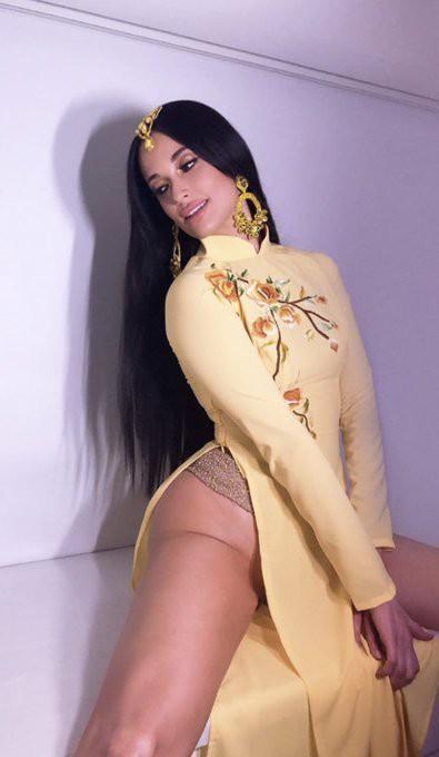 Nữ ca sĩ nhạc đồng quê Kacey Musgraves gây bức xúc khi mặc áo dài Việt Nam nhưng quên mặc quần lúc biểu diễn - Ảnh 5.