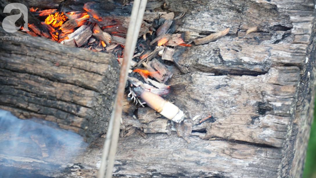 Hà Nội: Vứt tàn thuốc gây cháy dầm gỗ cầu Long Biên, nhóm nam thanh nữ tú vẫn vô tư chụp ảnh sống ảo trên ray tàu - Ảnh 6.