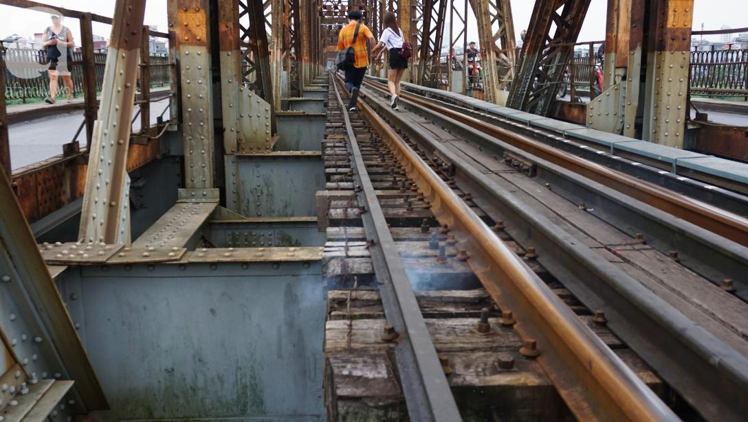 Hà Nội: Vứt tàn thuốc gây cháy dầm gỗ cầu Long Biên, nhóm nam thanh nữ tú vẫn vô tư chụp ảnh sống ảo trên ray tàu - Ảnh 7.