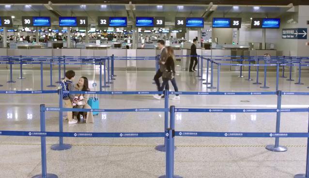 Cố Táp cùng con trai ra sân bay về Nhật Bản.