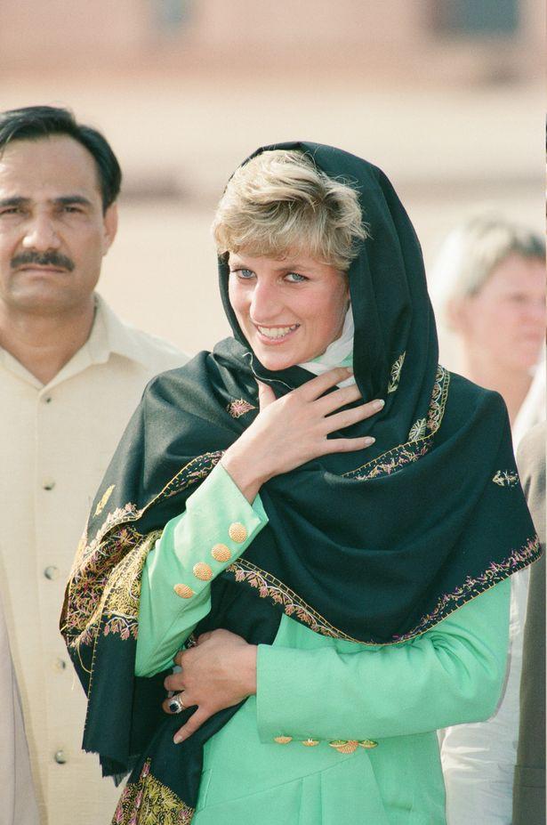 Công nương Kate tỏa sáng trong ngày đầu tới Pakistan, khiến em dâu Meghan Markle phải xấu hổ vì hình ảnh tương phản này - Ảnh 4.