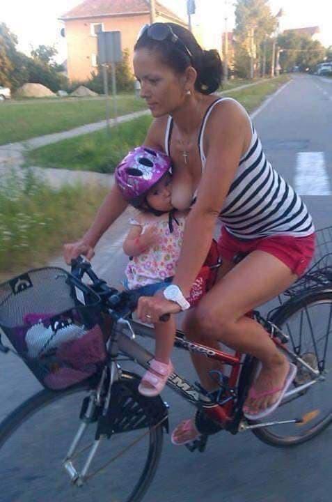Dân mạng sốc với hình ảnh người phụ nữ vừa đi xe máy vừa... cho con bú - Ảnh 7.