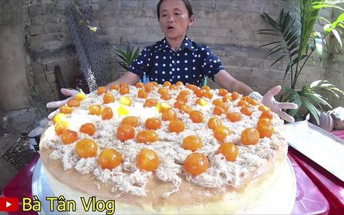 """Bà Tân Vlog và con trai bất ngờ xóa video nấu cháo trẻ em với trứng vịt lộn, đồng thời phản ứng """"lạ"""" trước lùm xùm bị tố gian dối và tham lam quá độ - Ảnh 1."""