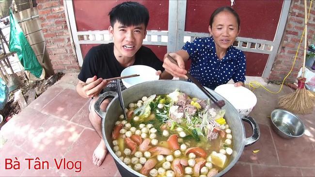 """Bà Tân Vlog và con trai bất ngờ xóa video nấu cháo trẻ em với trứng vịt lộn, đồng thời phản ứng """"lạ"""" trước lùm xùm bị tố gian dối và tham lam quá độ - Ảnh 6."""