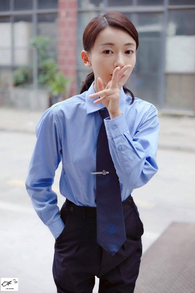 Đóng hoa khôi cảnh sát nhưng Ngô Cẩn Ngôn lại khôi hài như đứa trẻ mặc nhầm quần của bố - Ảnh 3.