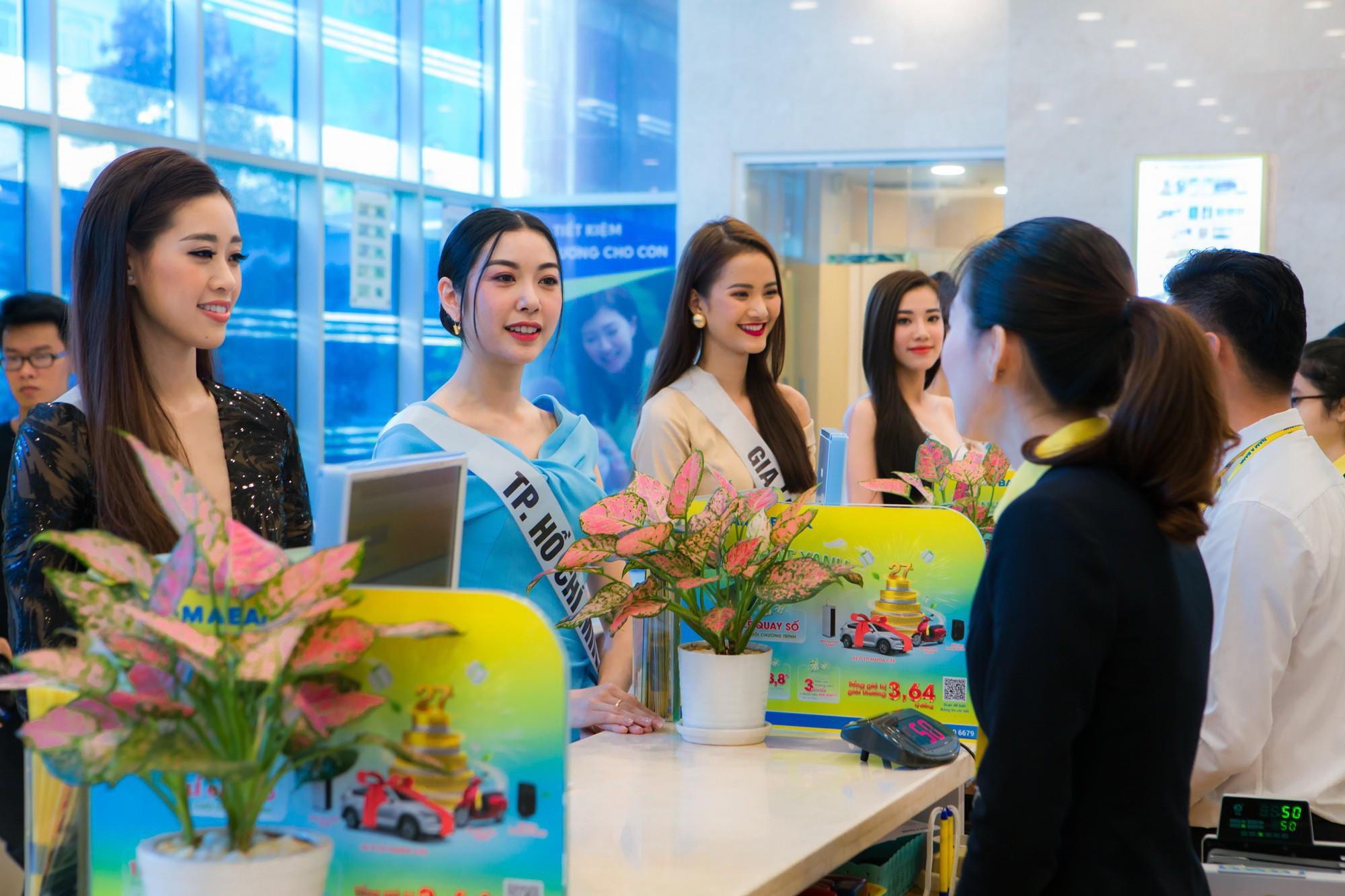 Top 60 Hoa hậu Hoàn Vũ Việt Nam 2019 trải nghiệm sản phẩm dịch vụ tài chính hiện đại tại Nam A Bank - Ảnh 1.
