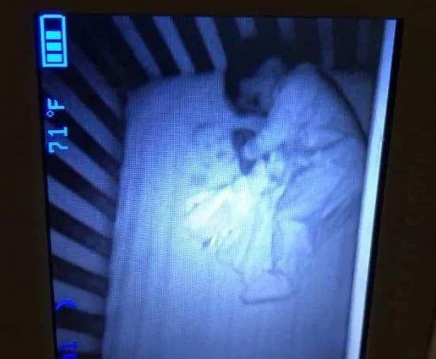 """Tối soi camera thấy có """"bóng ma"""" nằm cạnh con, đến khi kiểm tra mẹ mới phát hiện sự thật """"trớ trêu"""" đằng sau - Ảnh 1."""
