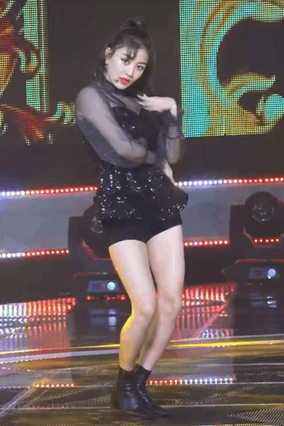 """Cắt váy 40 triệu VNĐ thành áo ngắn cũn cho Jihyo, stylist của Twice lại bị chê """"chỉ giỏi phá"""" - Ảnh 1."""