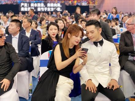 Giữa lùm xùm ly hôn Angelababy, Huỳnh Hiểu Minh nhìn đắm đuối tình đầu Triệu Vy trên sân khấu - Ảnh 6.