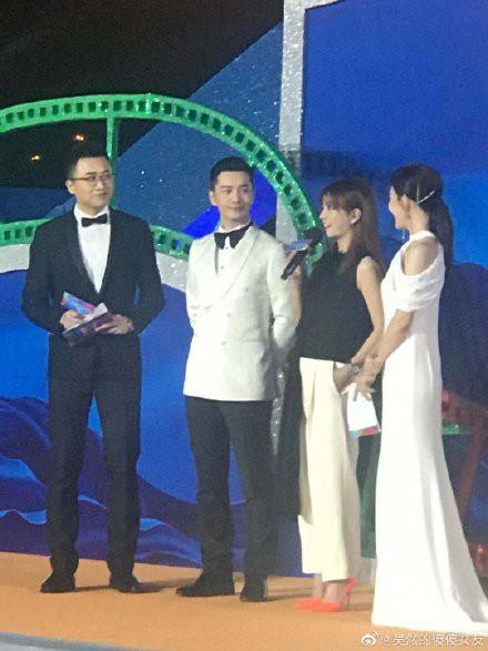 Giữa lùm xùm ly hôn Angelababy, Huỳnh Hiểu Minh nhìn đắm đuối tình đầu Triệu Vy trên sân khấu - Ảnh 4.