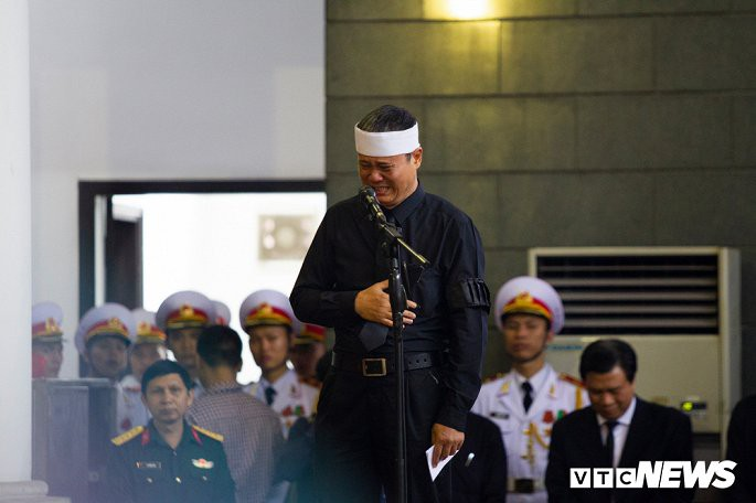 Ông Lê Hải Khôi dường như không thể trụ vững khi nói lời tiễn biệt em trai - Thứ trưởng Lê Hải An. (Ảnh: Phạm Chiểu).