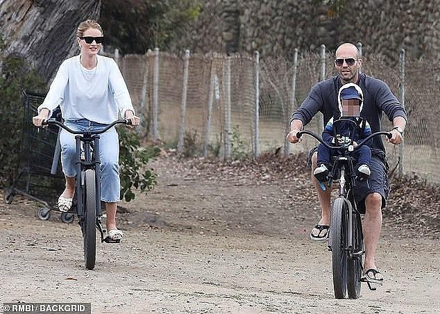 """Nam tài tử """"Người vận chuyển"""" Jason Statham khiến người hâm mộ cười té ghế vì cách đưa con trai đi chơi vô cùng bá đạo - Ảnh 4."""