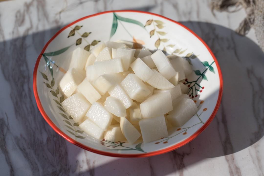 Mùa đông nhà tôi luôn có món củ cải ngâm làm món ăn kèm, chua giòn ngon hết nấc - Ảnh 1.