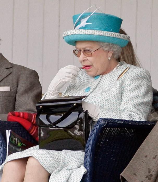 """Nữ hoàng Anh luôn trẻ trung, tươi tắn hơn nhiều so với tuổi 93, chuyên gia trang điểm tiết lộ """"thủ thuật"""" make up mà bà vẫn hay áp dụng để hack tuổi - Ảnh 1."""