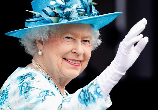 """Nữ hoàng Anh luôn trẻ trung, tươi tắn hơn nhiều so với tuổi 93, chuyên gia trang điểm tiết lộ """"thủ thuật"""" make up mà bà vẫn hay áp dụng để hack tuổi - Ảnh 5."""