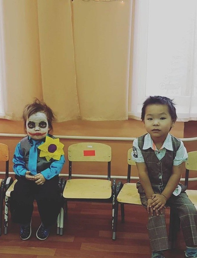 Em bé sáng nhất MXH hôm nay: Khi bạn muốn ở nhà mà phải hóa trang thành Joker đến lớp - Ảnh 2.