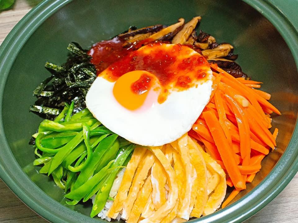 Dọn tủ lạnh, tôi làm ngay món cơm Bibimbap Hàn Quốc vừa nhanh vừa ngon lại vừa đẹp - Ảnh 2.