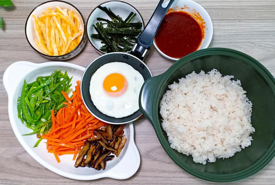 Dọn tủ lạnh, tôi làm ngay món cơm Bibimbap Hàn Quốc vừa nhanh vừa ngon lại vừa đẹp - Ảnh 3.