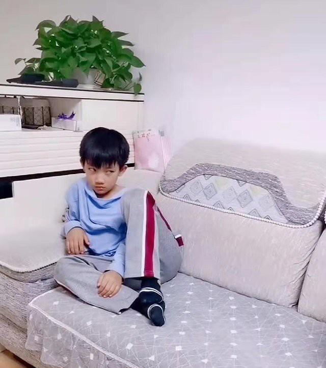Bố bế con gái mới sinh, con trai lớn ngồi bên cạnh nhìn bằng ánh mắt sắc lạnh - Ảnh 2.