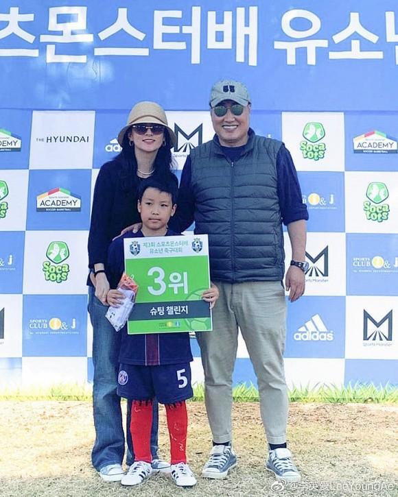 """Lộ hình ảnh hiếm hoi của chồng đại gia 70 tuổi và con trai của """"nàng Dae Jang Geum"""" Lee Young Ae - Ảnh 2."""