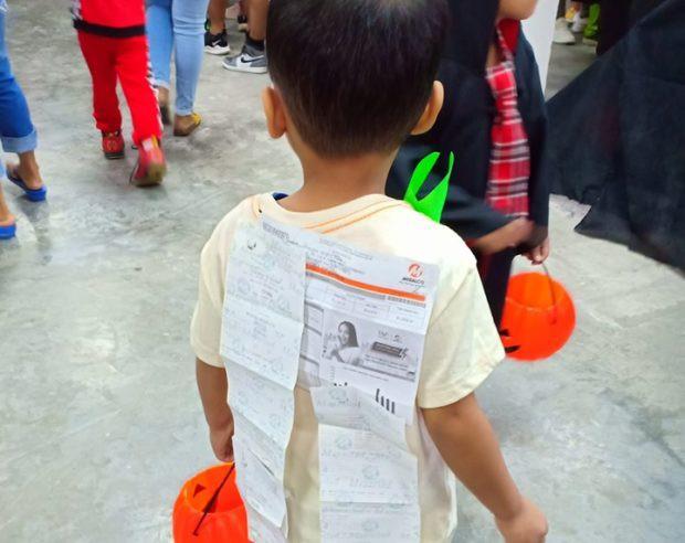 Đi dự tiệc Halloween vẫn không quên đóng tiền điện nước của cậu bé khiến dân mạng cười ngất - Ảnh 2.
