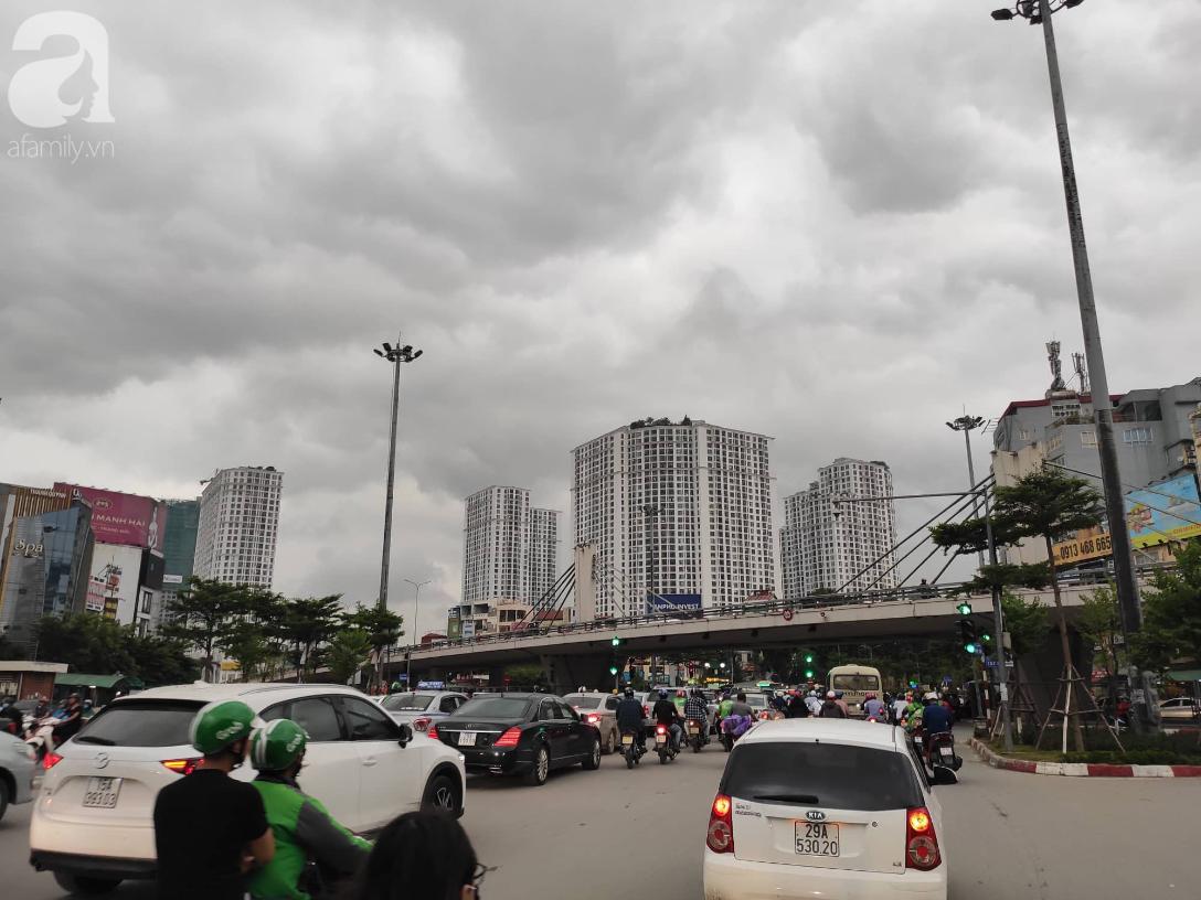 Hà Nội nổi dông bão sau 1 ngày mưa lớn - Ảnh 3.