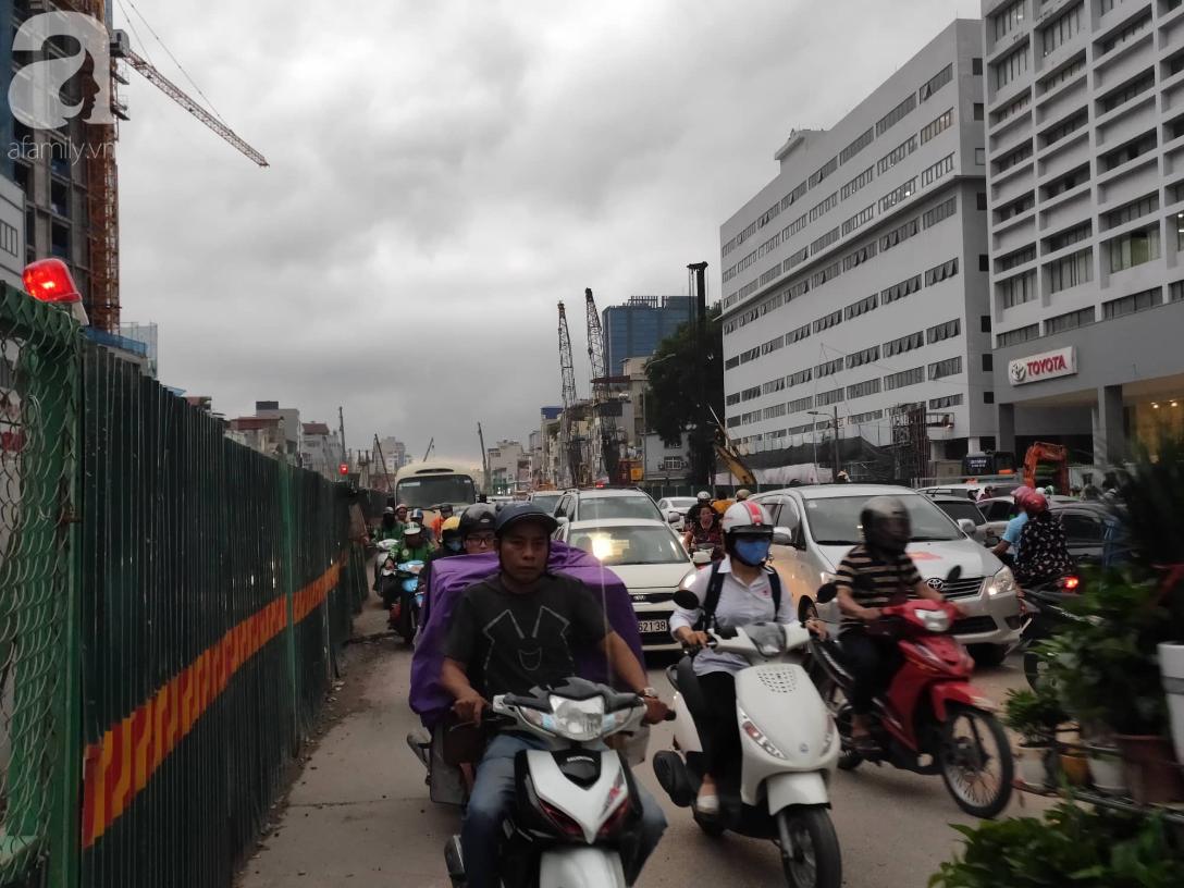 Hà Nội nổi dông bão sau 1 ngày mưa lớn - Ảnh 4.