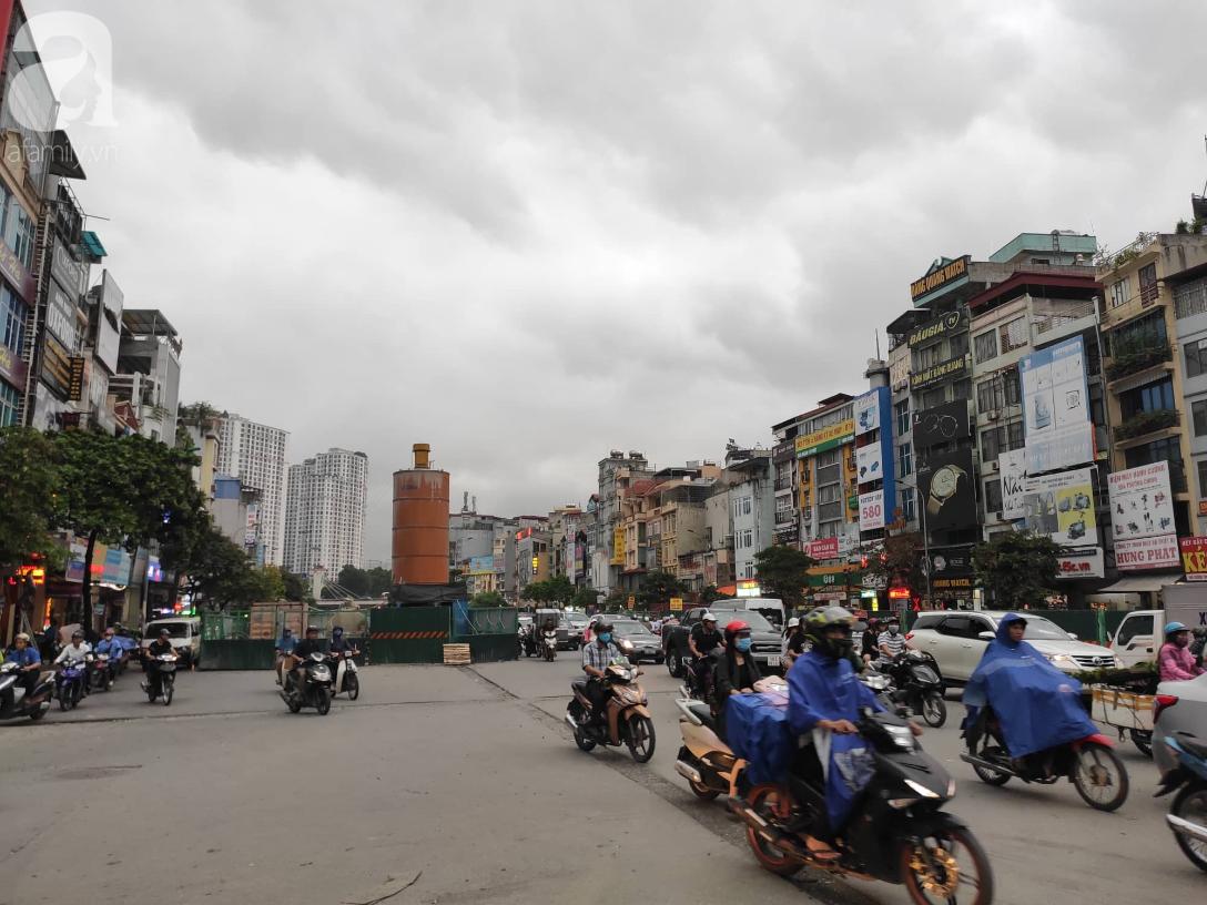 Hà Nội nổi dông bão sau 1 ngày mưa lớn - Ảnh 5.