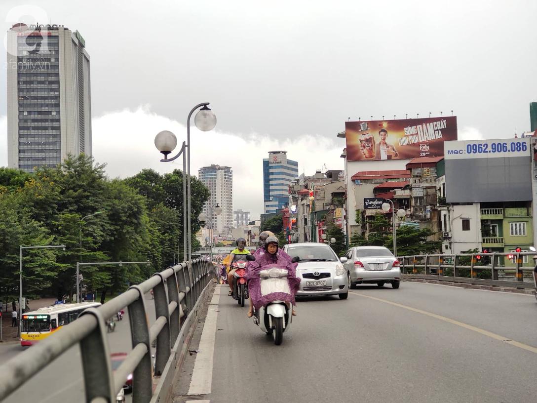 Hà Nội nổi dông bão sau 1 ngày mưa lớn - Ảnh 6.