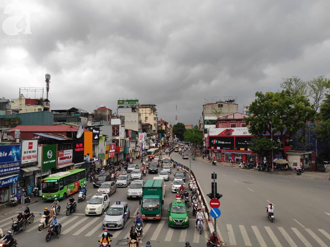 Hà Nội nổi dông bão sau 1 ngày mưa lớn - Ảnh 7.