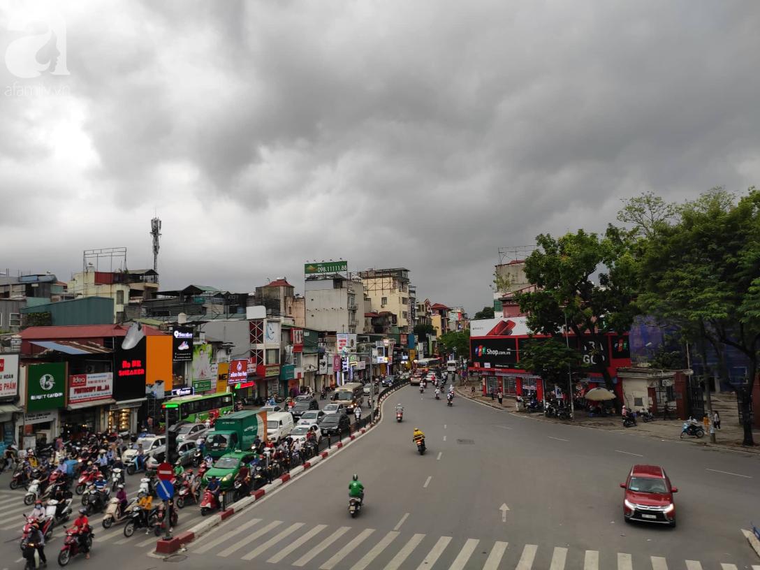 Hà Nội nổi dông bão sau 1 ngày mưa lớn - Ảnh 8.