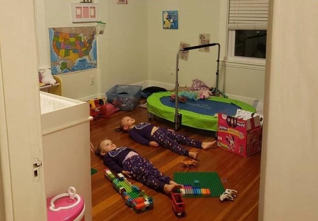 """Dụ con nằm yên, im lặng để """"sạc pin"""" cho bộ đồ phát sáng, bà mẹ được tán thưởng ầm ầm nhờ ý tưởng thông minh - Ảnh 1."""