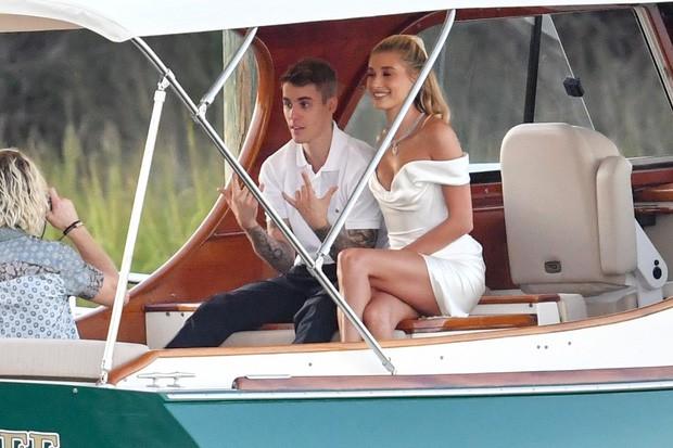 """""""Chiếc váy trả thù"""" của công nương Diana được đồn đoán chính là nguồn cảm hứng cho váy cưới tuyệt đẹp của Hailey Bieber - Ảnh 1."""