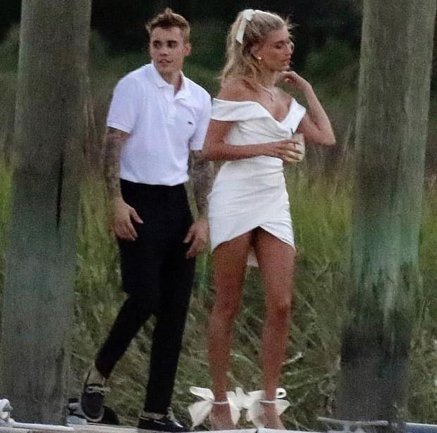 """""""Chiếc váy trả thù"""" của công nương Diana được đồn đoán chính là nguồn cảm hứng cho váy cưới tuyệt đẹp của Hailey Bieber - Ảnh 2."""