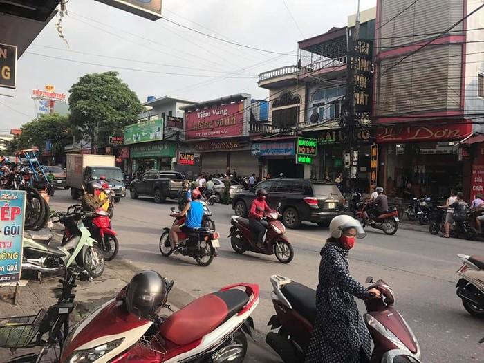 Quảng Ninh: Thấy chủ tiệm vàng hô hoán cướp, cướp, tài xế ô tô đi đường liền lái xe tông thẳng vào đối tượng - Ảnh 1.