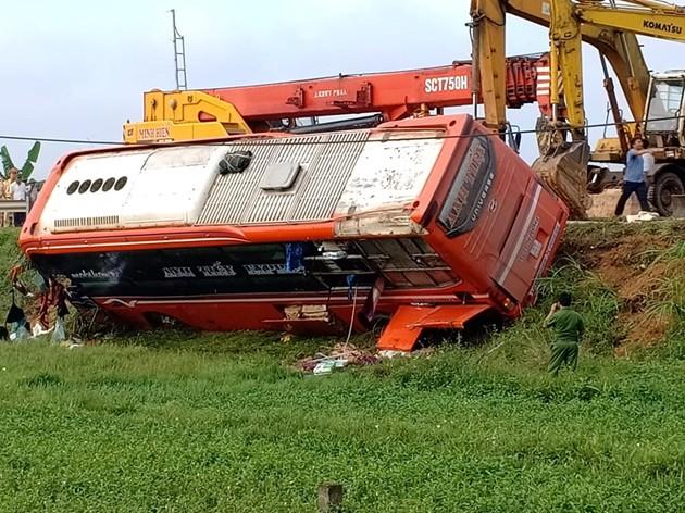 Xe khách Việt- Lào lật lúc rạng sáng, 21 người thương vong - Ảnh 2.