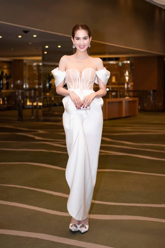 """Ngọc Trinh diện đầm dễ gây hiểu nhầm, và sao lại giống bộ váy như """"quấn khăn tắm đi tiệc"""" tại Cannes thế này - Ảnh 4."""