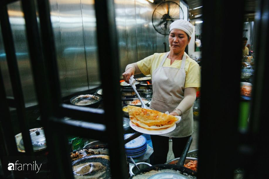 Tiệm bánh xèo nổi tiếng ở Sài Gòn, bao đợt khách Tây kéo tới đều bảo 'ngon nhức nhối', nhìn con tôm thôi đã thấy chất lượng nằm ở đâu 5