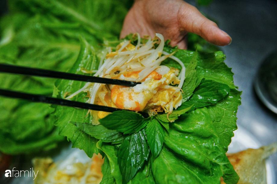 Tiệm bánh xèo nổi tiếng ở Sài Gòn, bao đợt khách Tây kéo tới đều bảo 'ngon nhức nhối', nhìn con tôm thôi đã thấy chất lượng nằm ở đâu 15