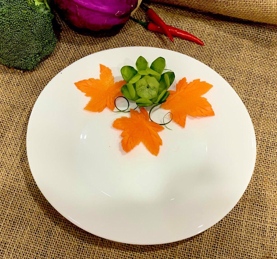 Việt Nam không có lá phong, học ngay cách cắt tỉa cà rốt thành lá phong trang trí đĩa ăn thật lãng mạn - Ảnh 5.
