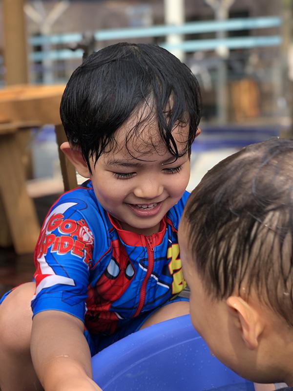 Chi không ít tiền cho con học trường quốc tế, Khánh Thi lại chứng kiến cảnh con nhem nhuốc bên chậu nước xà phòng và sự thật bất ngờ - Ảnh 2.